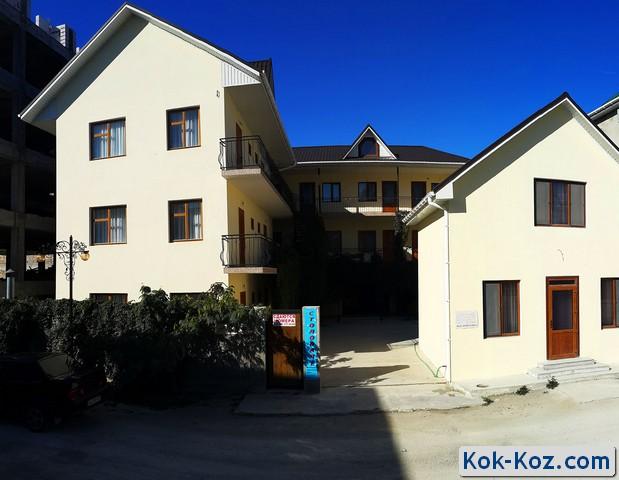 Внешний вид и территория частного мини отеля Кок-Коз в Судаке